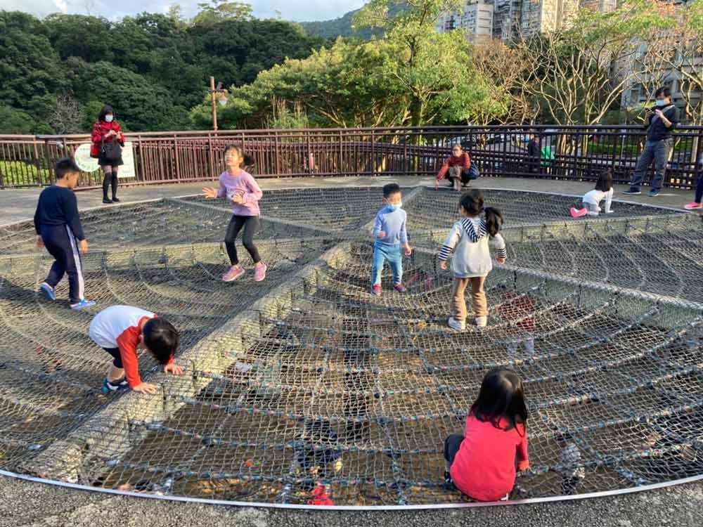 台北戶外親子景點南港公園:野餐、餵鴨、攀爬、溜滑梯
